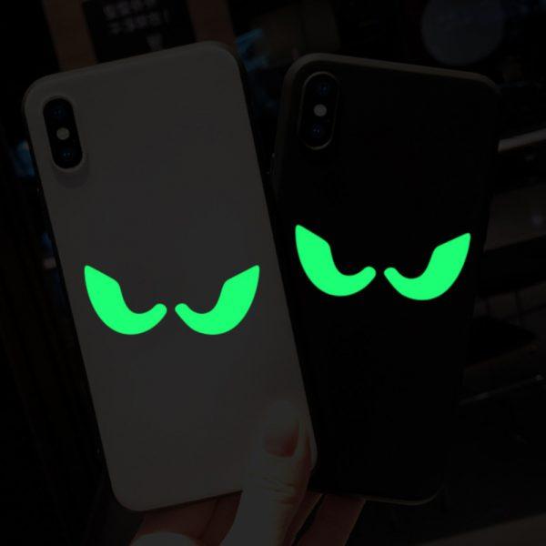 pereche de ochi fosforescenti spooky eyes lipite pe telefon